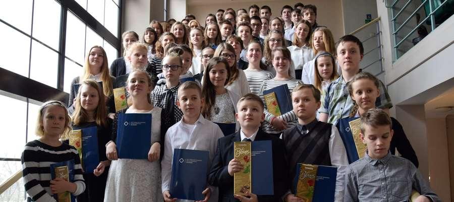 Burmistrz wręczył stypendia naukowe dla najlepszych uczniów podstawówek i gimnazjów