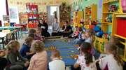 """Licealiści czytali """"Maluchom"""" w Przedszkolu nr 8"""