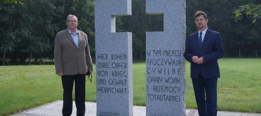Kwiaty na cmentarzu w Glinnej w rocznicę pogrzebu odnalezionych w Malborku cywilnych ofiar wojny