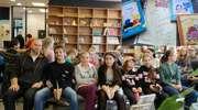 Czytelnicy z SP 9 na spotkaniu autorskim z pisarzem Tomaszem Trojakowskim