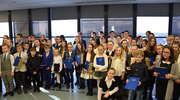 Burmistrz wręczył stypendia dla najlepszych uczniów podstawówek i oddziałów gimnazjalnych