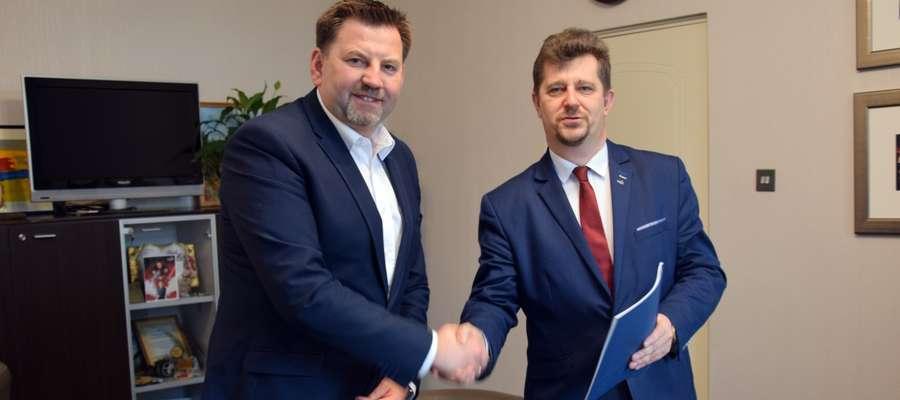 Burmistrz podpisał umowy na adaptację budynków wieży ciśnień i przy ul. Sienkiewicza w ramach projektu Malbork na +