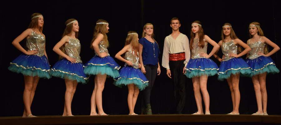 """""""Kwieciste Gwiazdy"""" zatańczyły dla seniorów i wręczyły certyfikaty dobroczynności"""