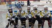 Najmłodsi zawodnicy UKS Bombek SP3 na turnieju mini hokeja na lodzie w Elblągu.