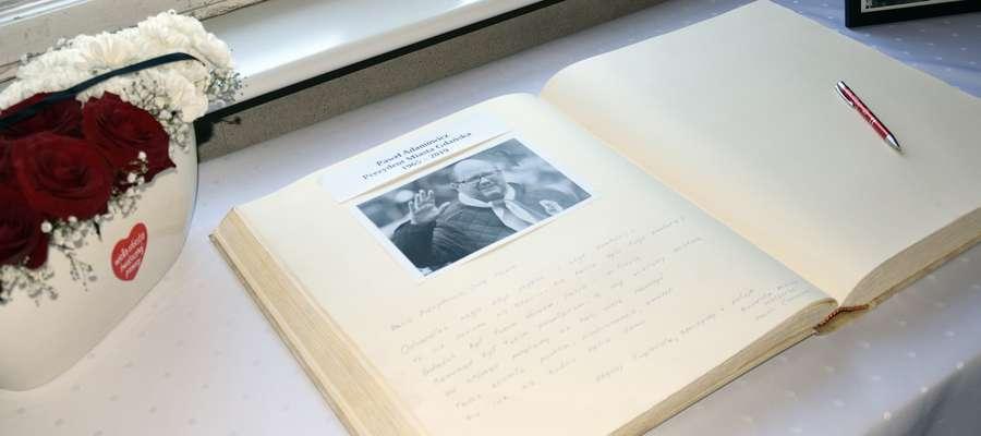 Księga kondolencyjna poświęcona prezydentowi Pawłowi Adamowiczowi wystawiona w urzędzie miasta