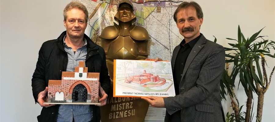 Piotr Banasiak (twórca nowej makiety malborskiego zamku) i Zbigniew Charmułowicz  (doradca burmistrza Malborka ds. gospodarczych)