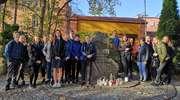 Uczniowie ZSP 4 porządkują miejskie miejsca pamięci, mogiły i pomniki