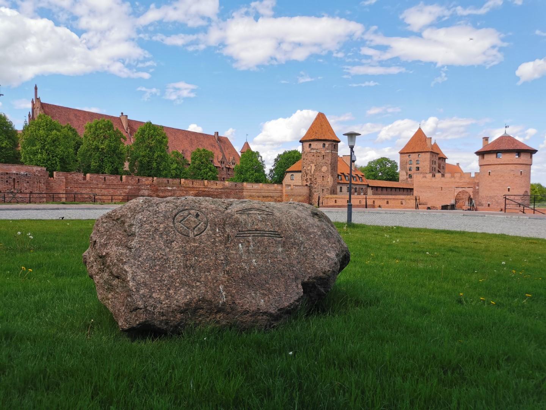 http://m.82-200.pl/2020/05/orig/20-kamien-na-pamiatke-wpisania-muzeum-zamkowego-na-liste-unesco-plac-przy-kasach-zamkowych-5908.jpg
