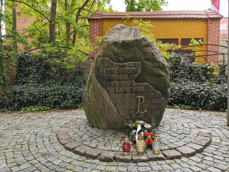http://m.82-200.pl/2020/05/orig/30-pomnik-armii-krajowej-skwer-zolnierzy-wykletych-od-strony-ul-poczty-gdanskiej-5914.jpg