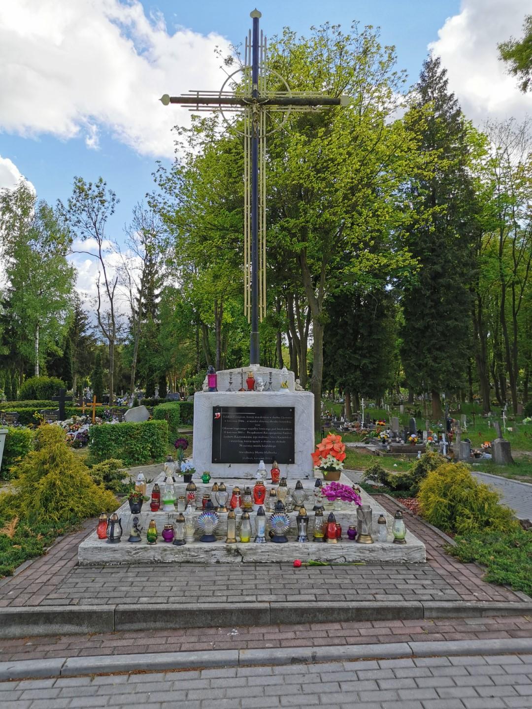 http://m.82-200.pl/2020/05/orig/6-tablica-ku-czci-zamordowanych-w-katyniu-i-ofiar-katstrofy-smolenskiej-krzyz-na-cmentarzu-komunalnym-5895.jpg