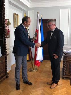 Marszałek Województwa Pomorskiego Mieczysław Struk wręcza  nagrodę Gryfa Pomorskiego za zasługi dla rozwoju turystyki