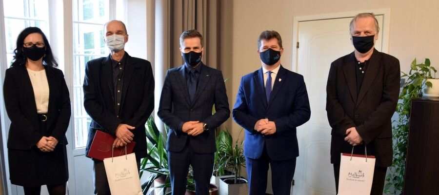 Na zdjęciu widać nagrodzonych oraz Burmistrza Malborka, Przewodniczącego Rady Miasta Malborka oraz Naczelnik Wydziału Oświaty Kultury i Sportu