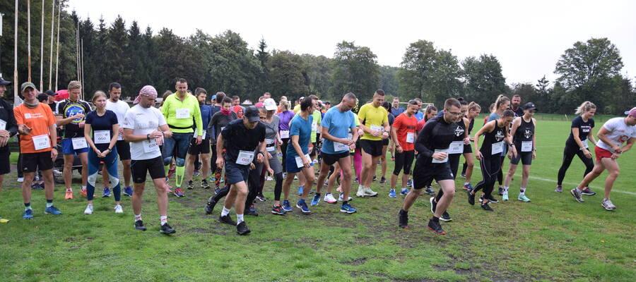Na zdjęciu widać start biegaczy na stadionie OSiR podczas Biegu Charytatywnego dla Oliwii Brodowskiej
