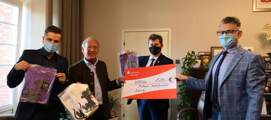 Na zdj zdjęciu w gabinecie burmistrza dr Meyl, burmistrz Charzewski, przewodniczący Dziwosz oraz dyrektor MOPS Wojtuszkiewicz trzymają przekazane czeki