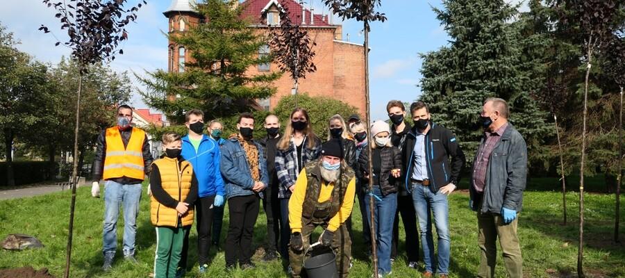 Na zdjęciu uczestnicy akcji sadzenia drzew z okazji Dnia Drzewa (10 października) Burmistrz Malborka wraz z zastępcą, Przewodniczący Rady Miasta, przedstawiciele Młodzieżowej Rady Miasta oraz pracownicy urzędu.