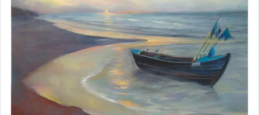 Na zdjęciu przedstawiony jest obraz na którym widać plażę, morze, łódź oraz w dali zachód słońca