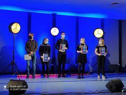 Na zdjęciu widać laureatów kategorii młodszej z dyplomami