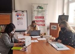 na zdjęciu widać 3 urzędników przy komputerach podczas konsultacji
