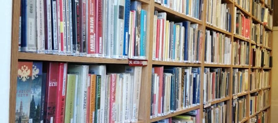 na zdjęciu widać regały z książkami