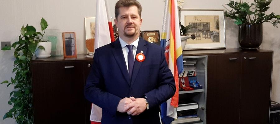 na zdjęciu widać przemawiającego Burmistrza Miasta Malborka na tle flag Polski