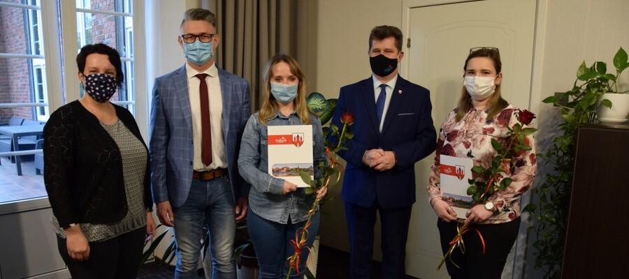na zdjęciach widać asystentki rodziny, burmistrza Malborka, dyrektora MOPS i Naczelnik Wydziały Spraw Społecznych