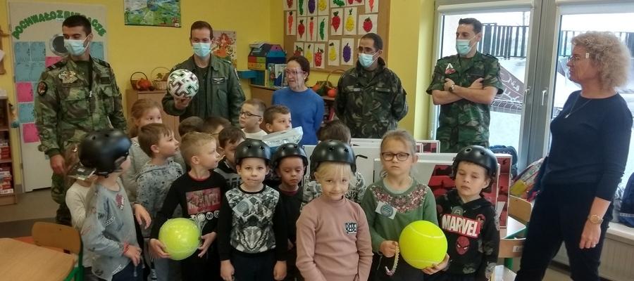 Na zdjęciu widać uczniów z żołnierzami i dyrektor szkoły