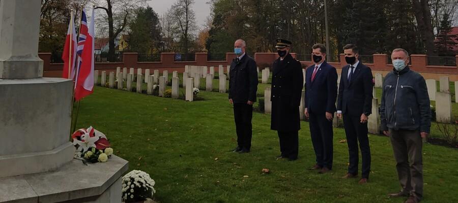 Przedstawiciele władz miejskich i powiatowych na Cmentarzu Żołnierzy Wspólnoty Brytyjskiej