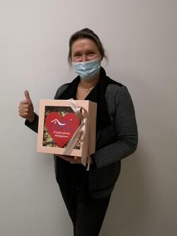 na zdjęciu widać wicedyrektor malborskiego szpitala z kartką dla medyka