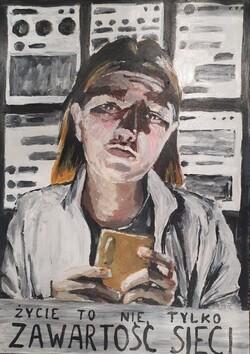na zdjęciu widać nagrodzoną pracę - dziewczynę trzymającą w rękach telefon komórkowy