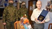 Malborscy terytorialsi z urodzinowymi życzeniami u kombatanta