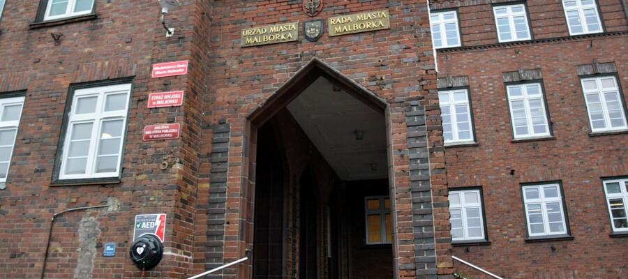 na zdjęciu widać defibrator umieszczony na budynku urzędu miasta