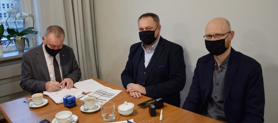 na zdjęciu widać przedstawiaieli Wykonawcy i wiceburmistrza podpisującego umowę