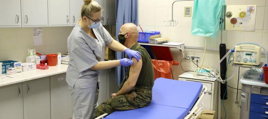 na zdjęciu widać pielęgniarkę szczepiącą żołnierza