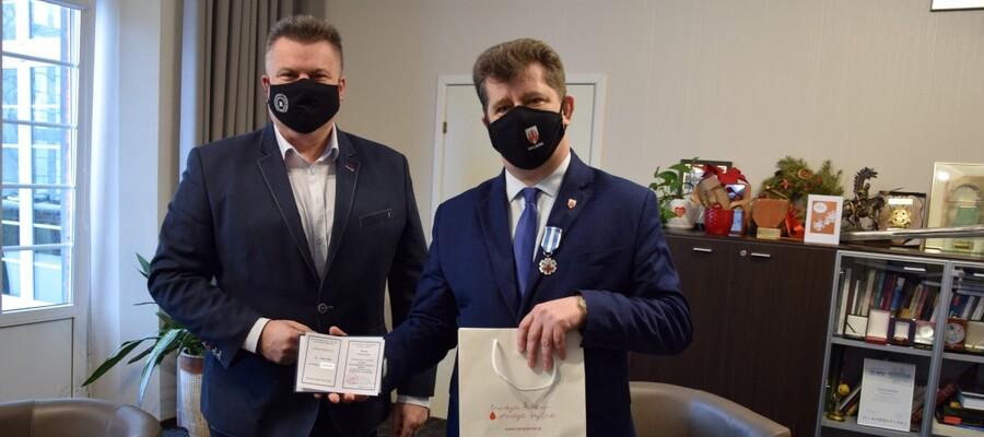 burmistrz Marek Charzewski z Jarosławem Wodzińskim w gabinecie włodarza