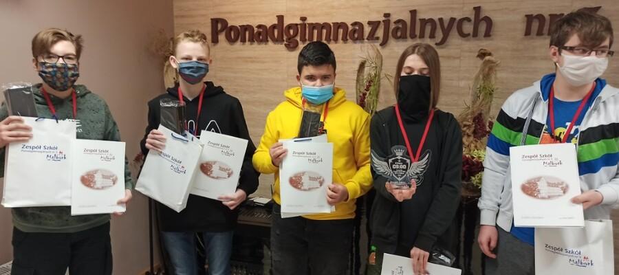 grupa uczestników projektu z dypomami