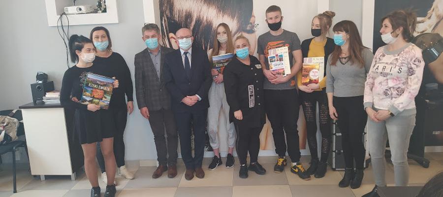 grupowe zdjęcie uczestników konkursu, nauczycieli, dyrektora CEZ Malbork i starosty malborskiego