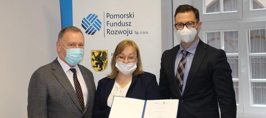 wiceburmistrz Jan Tadeusz Wilk, prezes MZK Małgorzata Zemlik i Wiceprezes Zarządu PFR Jarosław Kała z podpisaną umową