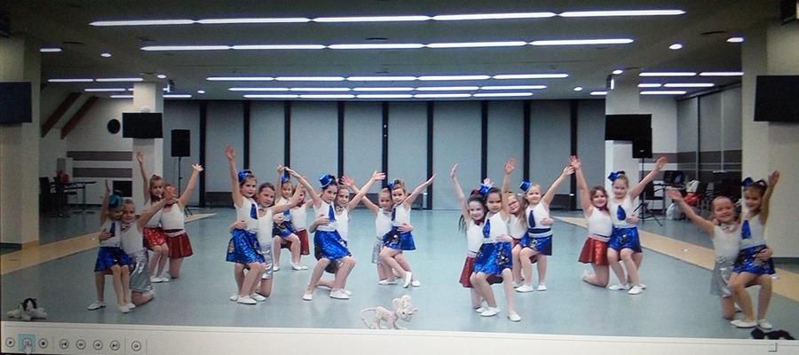 tańcząca grupa Krasnali