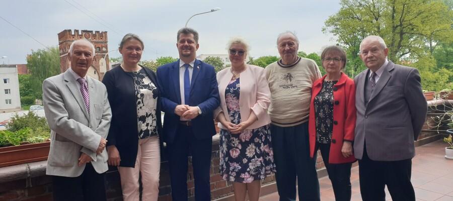 Członkowie Malborskiej Rady Seniora, Burmistrz Miasta Malborka Marek Charzewski oraz Pani Ewa Karamon