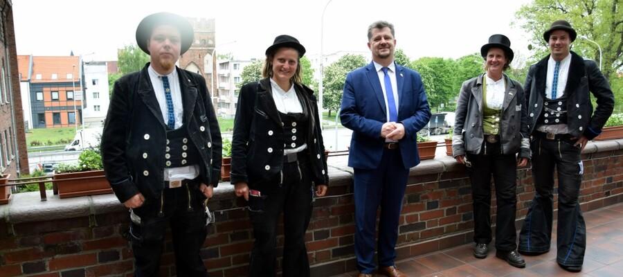 burmistrz Malborka z czeladnikami z Niemiec na balkonie urzędu miasta