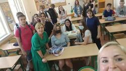 uczniowie wraz z prowadzącą Beatą Lipecką i nauczycielką Izabelą Łukasiewicz