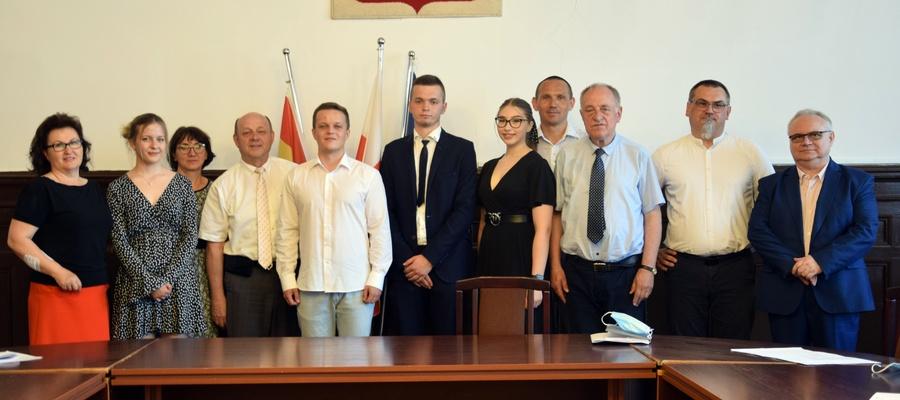 laureaci, dyrektorzy szkół, przedstawiciele Starostwa Powiatowego w Malborku