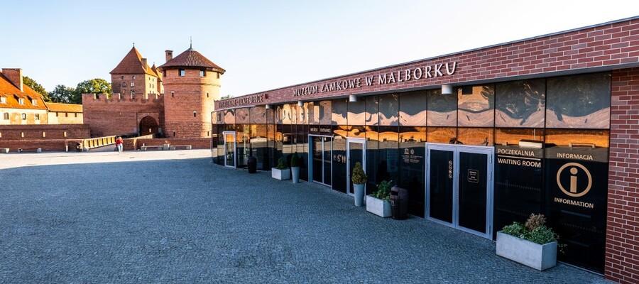 plac przy kasach Muzeum Zamkowego w Malborku
