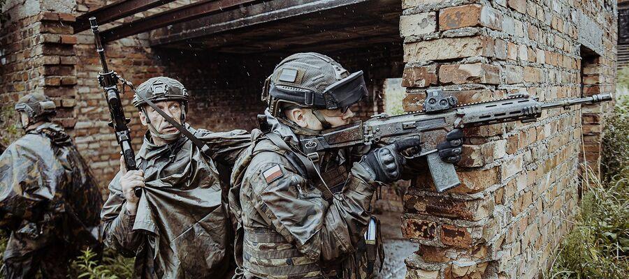 trójka żołnierzy WOT z bronią podczas ćwiczeń