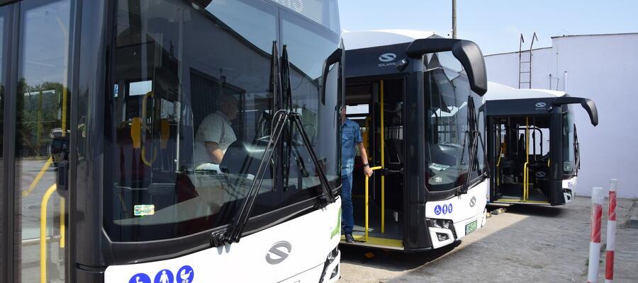 trzy autobusy elektryczne