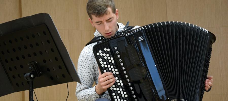 Paweł Ratajak grający na akordeonie