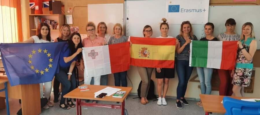 nauczyciele biorący udział w projekcie z flagami państw, do których jadą