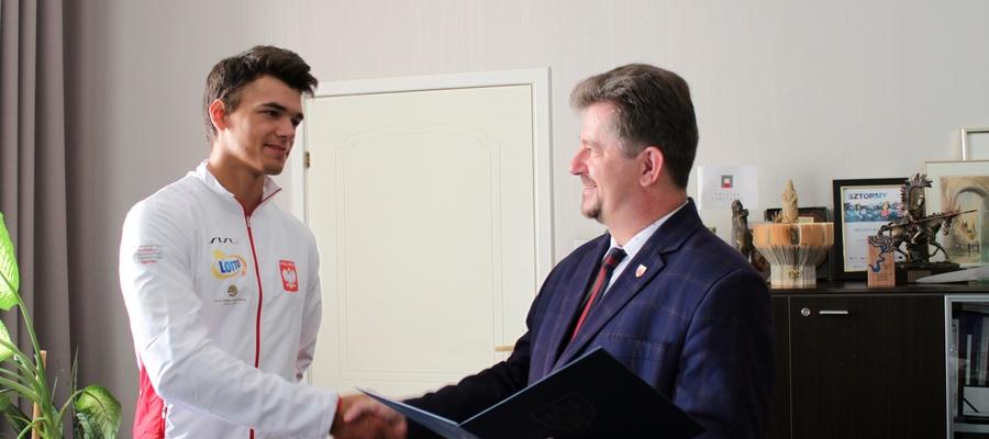 burmistrz wręcza nagrodę Wiktorowi Żarskiemu
