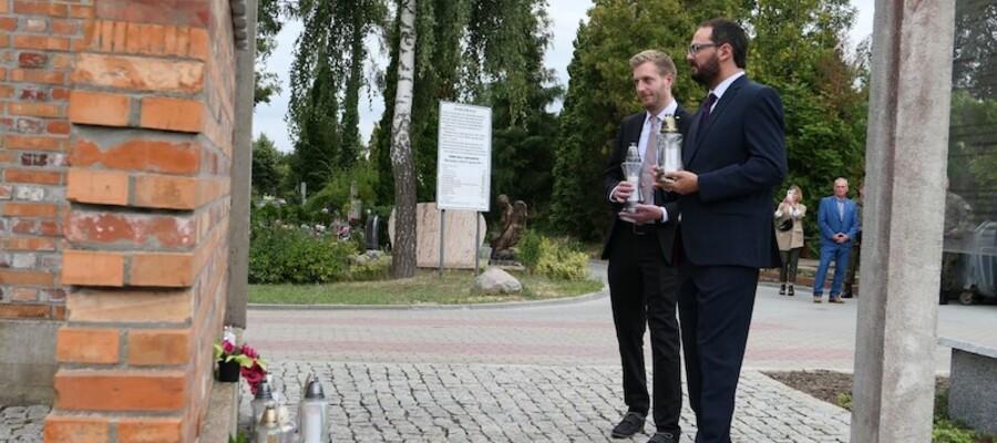 goście z Niemiec ze zniczem przy pomniku Stalagu XXB