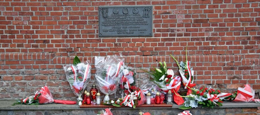 tablica poświęcona Sybirakom i złożone pod nią kwiaty